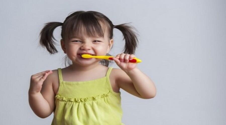 Trucs et astuces pour encourager votre enfant à se brosser les dents