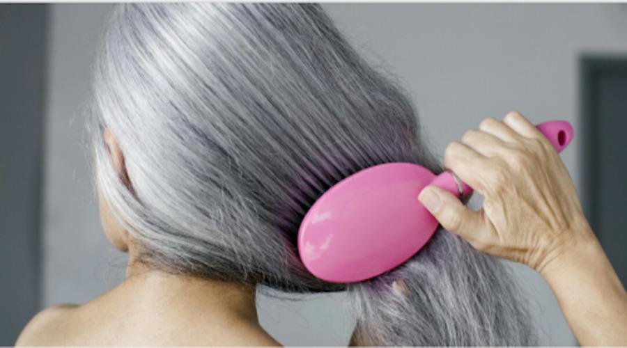 Les solutions naturelles pour se débarrasser des cheveux blancs pour toujours !