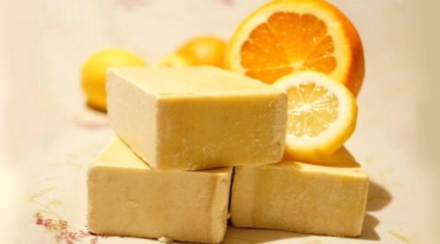 Apprenez à fabriquer le savon au citron pour éliminer l'acné et retrouver une jolie peau