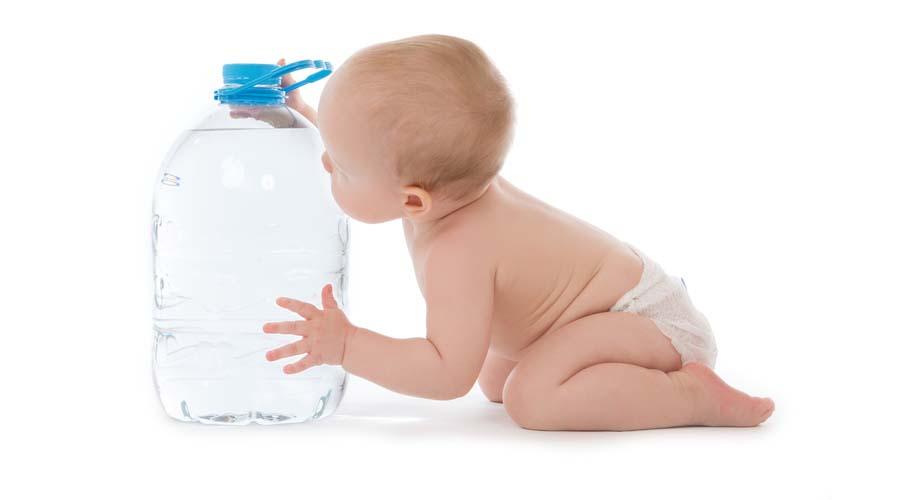 أضرار شرب الماء للطفل الرضيع