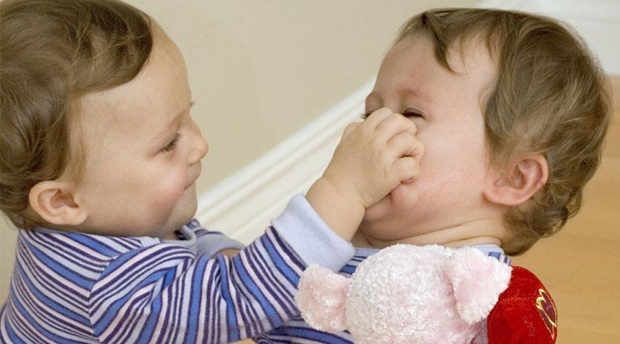 Les bébés et les comportements agressifs