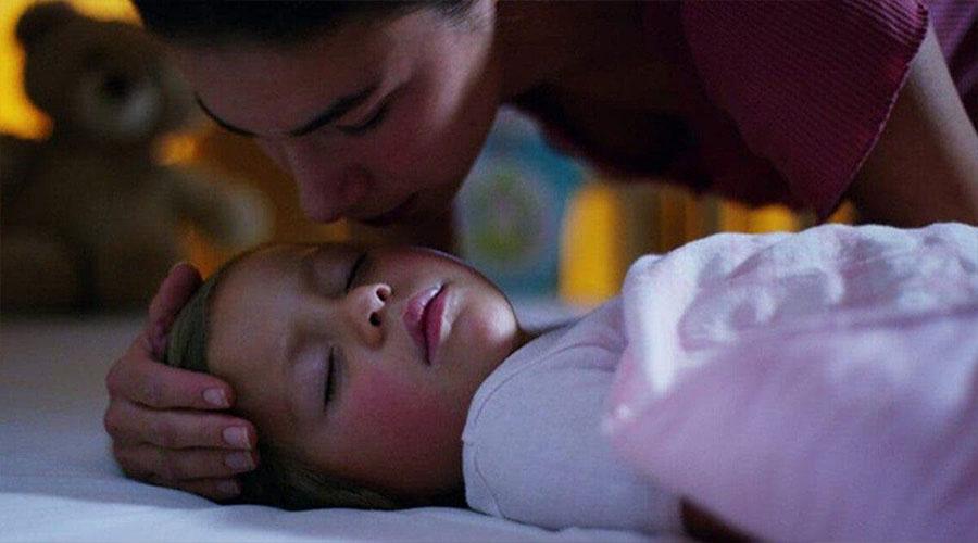 Rester auprès des enfants jusqu'à ce qu'ils s'endorment n'est pas une mauvaise habitude – C'est une bénédiction