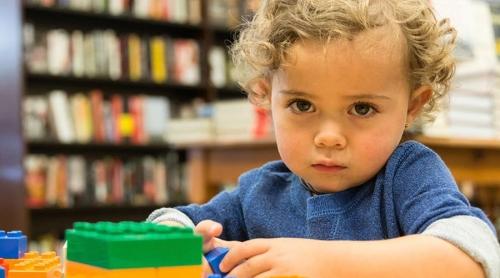 هل مرض التوحد يولد مع الطفل؟
