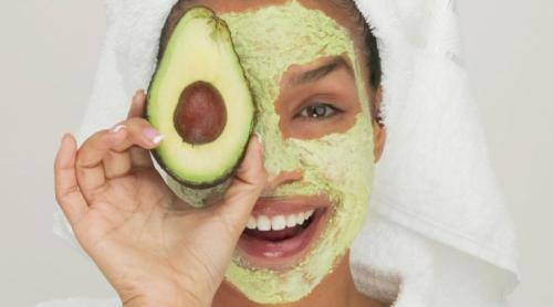 Avocat, banane, miel... Trois recettes de masques maison pour peaux sèches et sensibles
