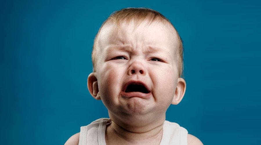 Pourquoi mon bébé pleure ? Voici la réponse !